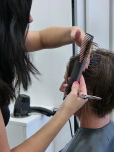 Odile se fait coiffer avec les conseils d'Icône Relooking
